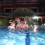 Aproveitando a piscina com amigos