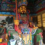 Статуи на входе