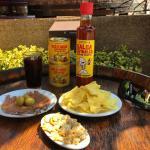 Plato de anchoas, berberechos y patatas chip con aceitunas y salsa Espinaler