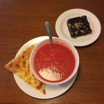 Útulný a přijemný prostor :) Velký výběr polévek,k tomu dávaj moc výborné pečivo. Obsluha moc mi