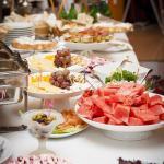 Шведский стол на семейном бранче