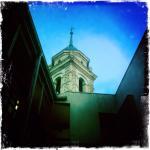 Torre reloj que domina el patio del hotel