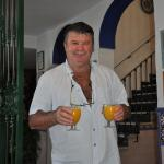 Jean-Pierre serviert den frisch gepressten Orangensaft