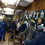 Einer von drei miteinander verbundenen Räumen des Pub