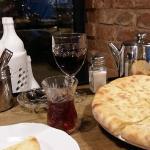 Хачапури, грузинский черный чай и красное домашнее