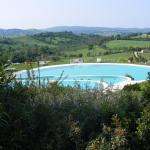 la piscina sembra fare parte del paesaggio