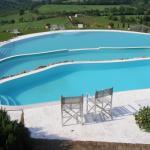 la posizione della piscina consente di godere del paesaggio circostante