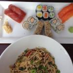 Sushi-Mischplatte und Udon-Nudeln