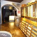 Der Eingang zum Keller neben dem Deli