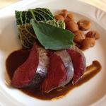 Ventaglio di filetto di cervo con spätzli, castagne glassate ed involtino di verza con cavolo ro