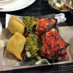 Antipasto misto con samosa, pakora e pollo tandoori