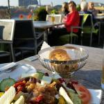 Haloumi Salat vor unglaublicher Kulisse