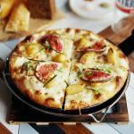 Пицца с инжиром, грушей и таледжио