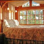 Heather Cabin bed w/water view