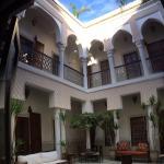 Vue du patio et des chambres