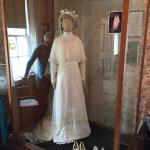 モンゴメリのウェディングドレスのレプリカ。後ろに写っているのが、丁寧な説明をして下さった方。