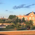 Desde la habitación al atardecer, Jardín, piscina, Madrid al fondo
