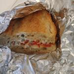 Sandwich poivron, poulet, sauce fromage, fromage chevre, oignon
