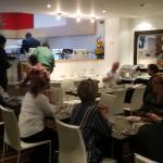 La cafeteria llena con 15 personas!! Muy incomodo!!!