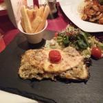 Ovárer-Steak mit Pommes und Salat