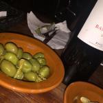 Un buen vino y aceitunas mallorquinas!
