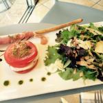 Tomates mozzarella et le plat du jour ! Très beau et très bon !