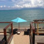 Vue de la salle du petit déjeuner. Donne sur la plage privée.