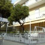 facciata dell'albergo con terrazza