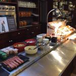 Le buffet petit déjeuner et la salle .