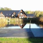 Schwimmteich in der Saunalandschaft + ein Gästehaus