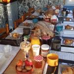 La table du petit déjeuner attend les hôtes