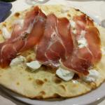 Focaccia con prosciutto crudo e mozzarella di bufala (9.50 euro)