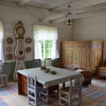 Utställning av bruksföremål och möbler dekorerade med det unika Överkalix-måleriet.