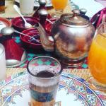 Petit dejeuner (thé à la menthe, viennoiseries, pain, beurre, confitures, jus de fruits pressés,