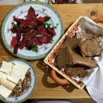 karpaco, dimljeni beli sir sa orahom, bezkvasni razeni hleb