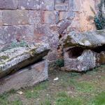 Sarcophages de pierre abandonnés près du cloître