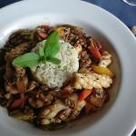 Frutos do mar com legumes orientais e arroz a provençal