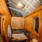Badezimmer mit Whirlpool in der Honeymoon Suite