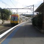 カトューンバ駅のホームとシドニーから乗ってきた列車