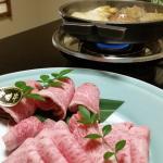 A5黒毛宮崎牛で仲居さんがすき焼きを作ってくれます