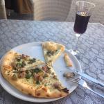 Pizza vitti avec verre de Lambrusco rouge au top