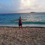 en la playa frente al hotel