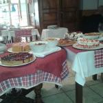 table de desserts de ce dimanche midi .
