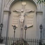 Cristo expuesto en el lateral exterior.