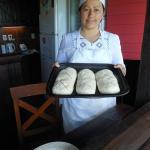 Cynthia con sus panes caseritos