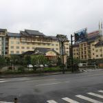 entrada del hotel vista desde el frente