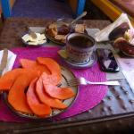 Iniciando el desayuno. Mucha más fruta de la esperada