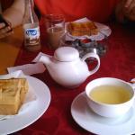 Tosta mista, torrada com doce de kiwi e chá de maracujá