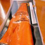 Regalo: salmone norvegese impiccato con coltello....