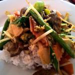 Gebratenes Rindfleisch mit rotem Curry, Kokosmilch, gebratenem Gemüse (Mittagstisch)